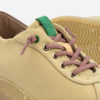 detalle de zapatillas veganas beige y rojas