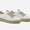 dos zapatillas blancas sneakers cruelty free con suela verde